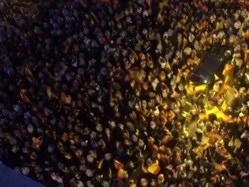 """Una gran manifestación en Zaragoza pide """"prisión"""" para Puigdemont y grita: """"España unida jamás será vencida"""""""