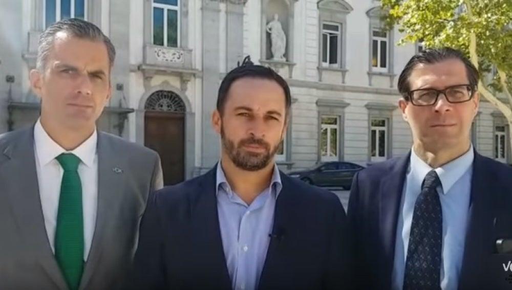 Santiago Abascal, presidente de Vox, Javier Ortega, su secretario general, y Pedro Fernández, su vicesecretario jurídico