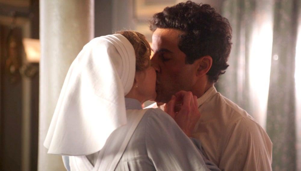 Magdalena se lanza a besar a Larbi