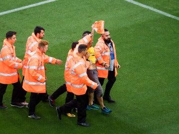 El espontáneo que se coló durante el Barça - Las Palmas enseña una pancarta