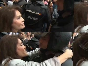 Una mujer besa a un antidisturbio