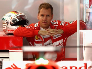Sebastian Vettel, sentado en el box con su casco