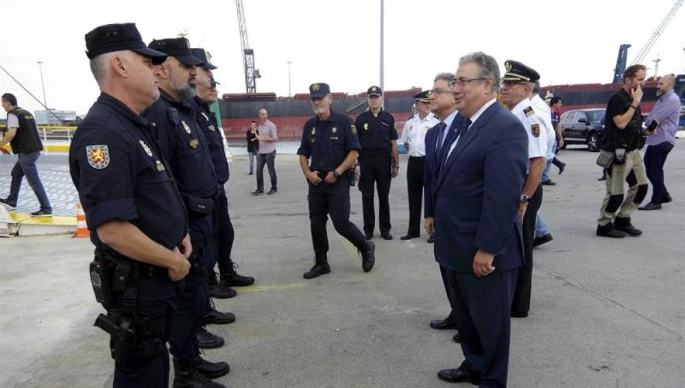 Zoido con varios policías nacionales