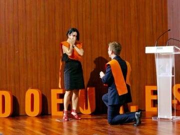 La pareja en el momento de la proposición