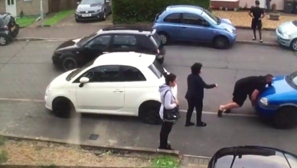 Le bloquean la salida de su garaje y lo soluciona sin esperar a la policia
