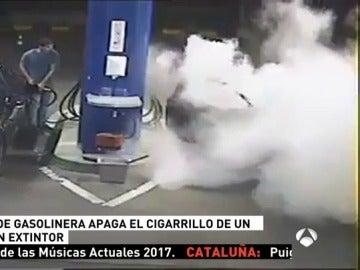 Un operario de una gasolinera apaga el cigarrillo de un cliente con un extintor de incendios