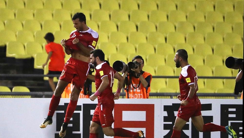Los jugadores sirios celebran su gol contra Australia