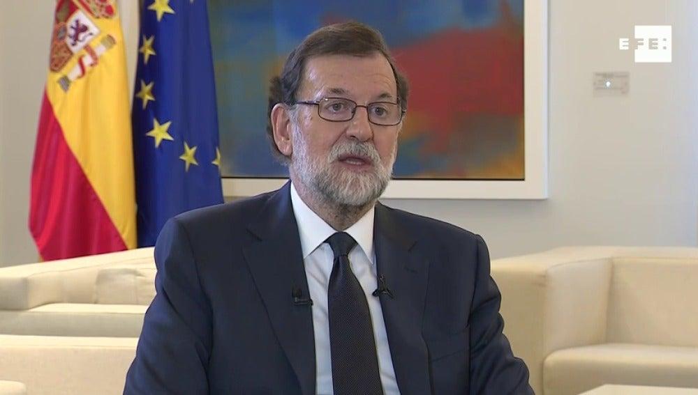"""Mariano Rajoy exige a Carles Puigdemont renunciar a la independencia """"a la mayor brevedad posible"""" y evitar males mayores"""