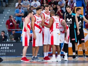 Los jugadores de Baskonia celebran una canasta ante el Estudiantes