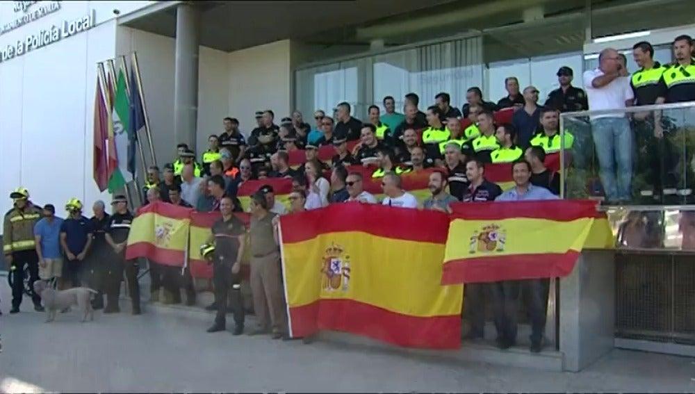 Nuevas muestras de apoyo a policías y guardias civiles destinados a Cataluña al llegar a sus ciudades