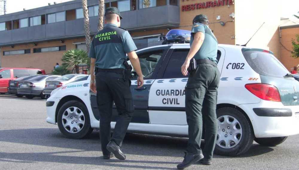 Agentes de la Guardia Civil en el área de servicio de la A7 a su paso por Crevillent