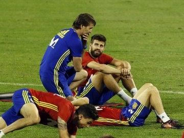 Piqué dialoga con Lopetegui durante un entrenamiento de la Selección