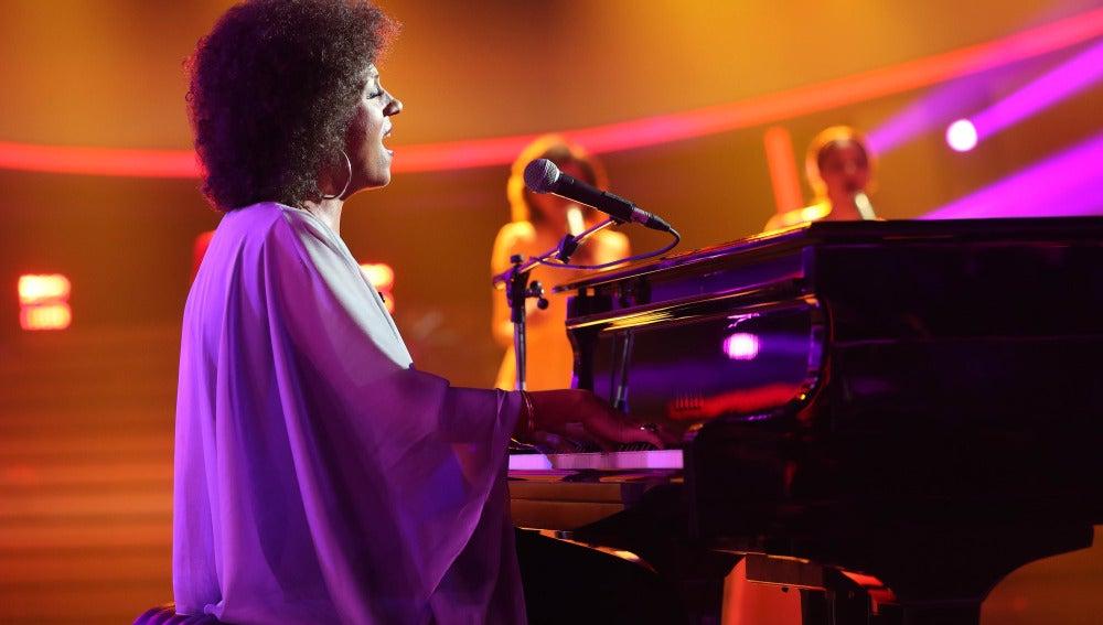 Pepa Aniorte se planta ante el piano para bordar 'Killing me softly' como Roberta Flack