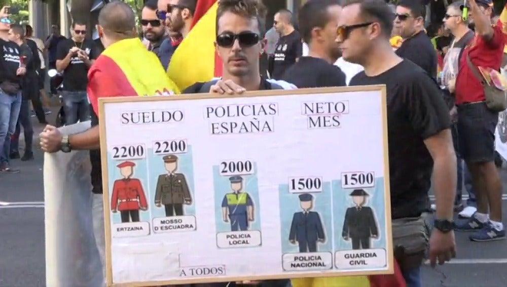 Manifestación de policías y guardias civiles por la equiparación salarial.