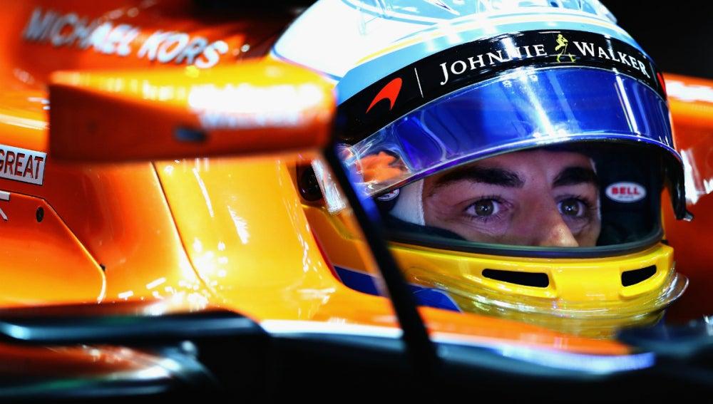 Fernando Alonso, dentro del MCL32