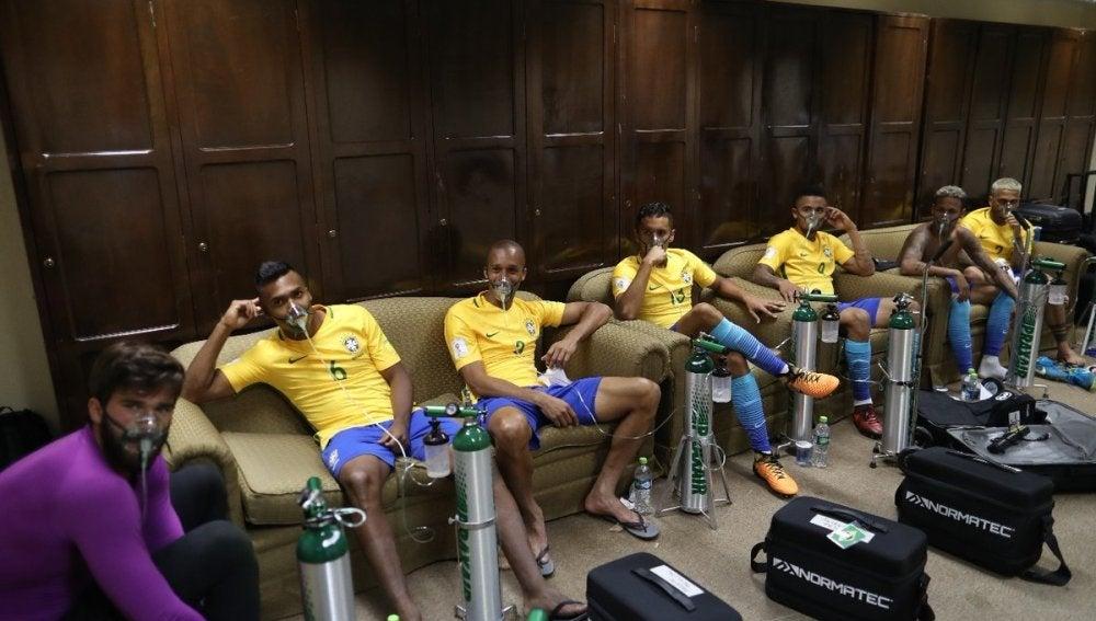 Los jugadores de Brasil, con oxígeno