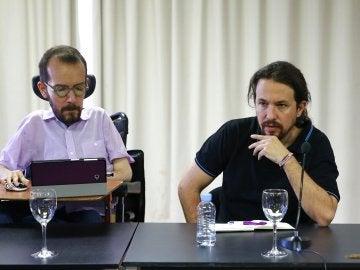 El líder de Podemos, Pablo Iglesias (d) y el secretario de Organización, Pablo Echenique