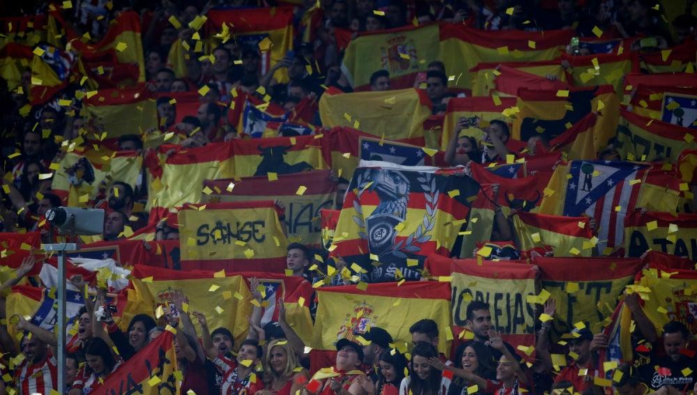 El Wanda Metropolitano, coloreado con banderas españolas