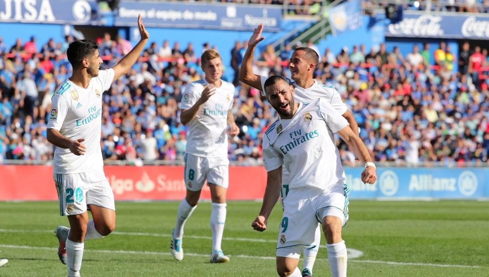 Karim Benzema celebra el primer gol del Real Madrid en el campo del Getafe