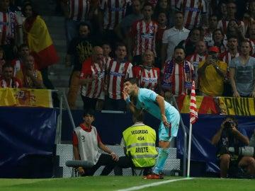 Suárez celebra su gol ante la hinchada del Atlético