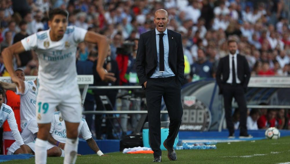 Zidane formula observaciones a Achraf en un saque de banda