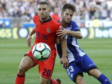 Kevin Rodrigues pelea un balón contra el jugador del Alavés Álvaro Medrán