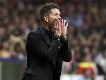 Diego Pablo Simeone da instrucciones a sus jugadores durante el partido contra el Barcelona