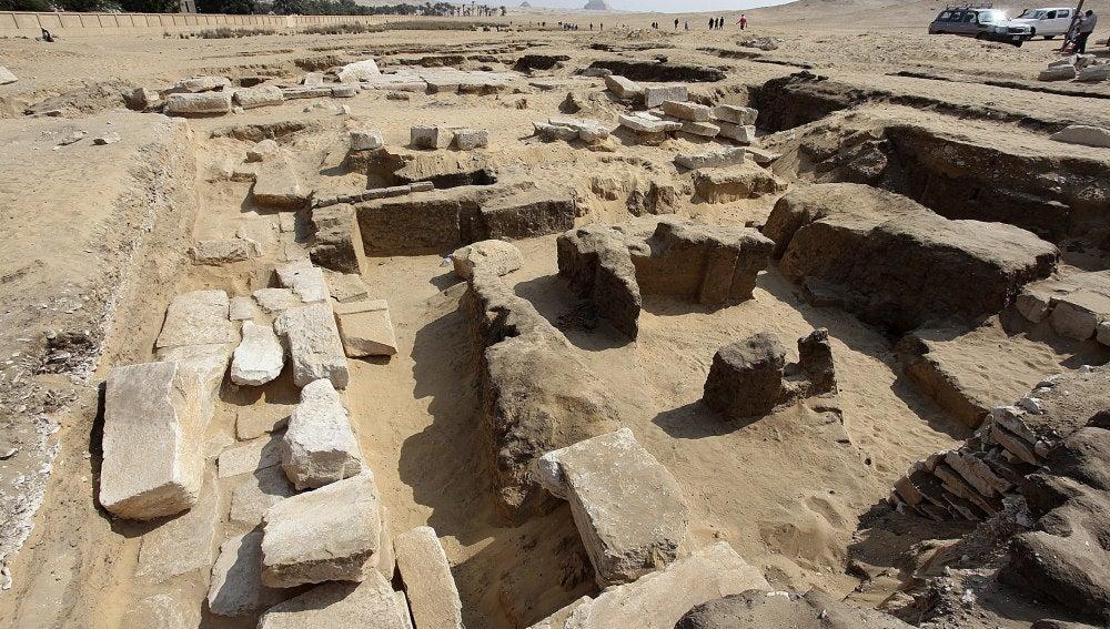 Descubren restos de un templo faraónico de Ramsés II cerca de las pirámides de Giza