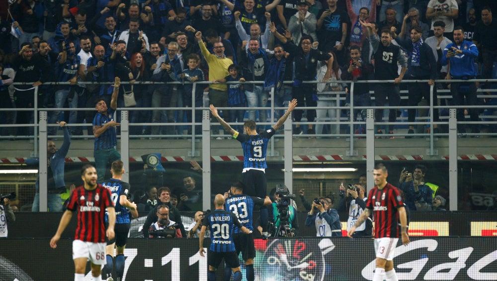 Mauro Icardi celebra con la grada uno de los goles que marcó al AC Milán