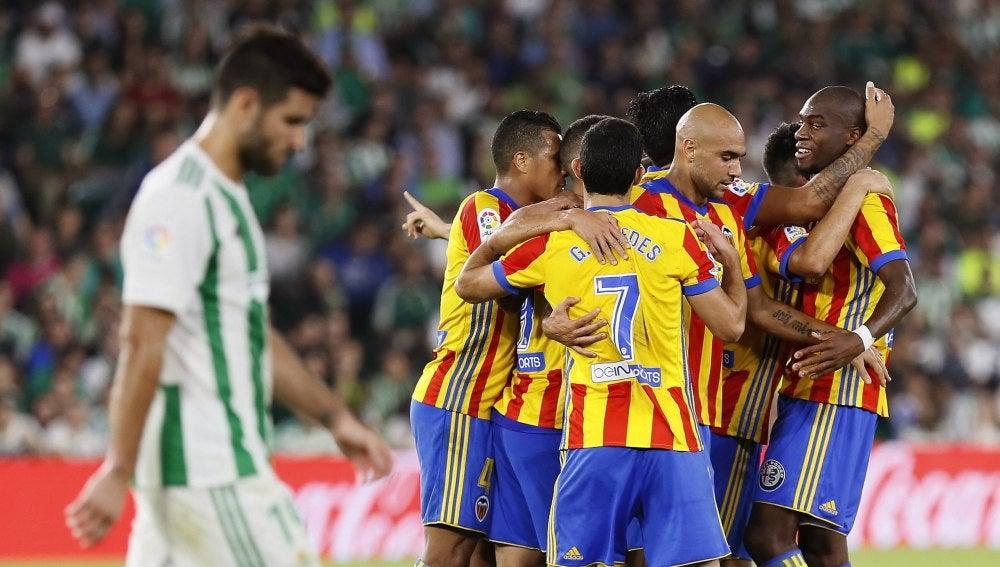 Kondogbia celebra con sus compañeros del Valencia el primer gol ante el Betis