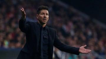 Simeone, con los brazos en alto, observa el desarrollo de juego