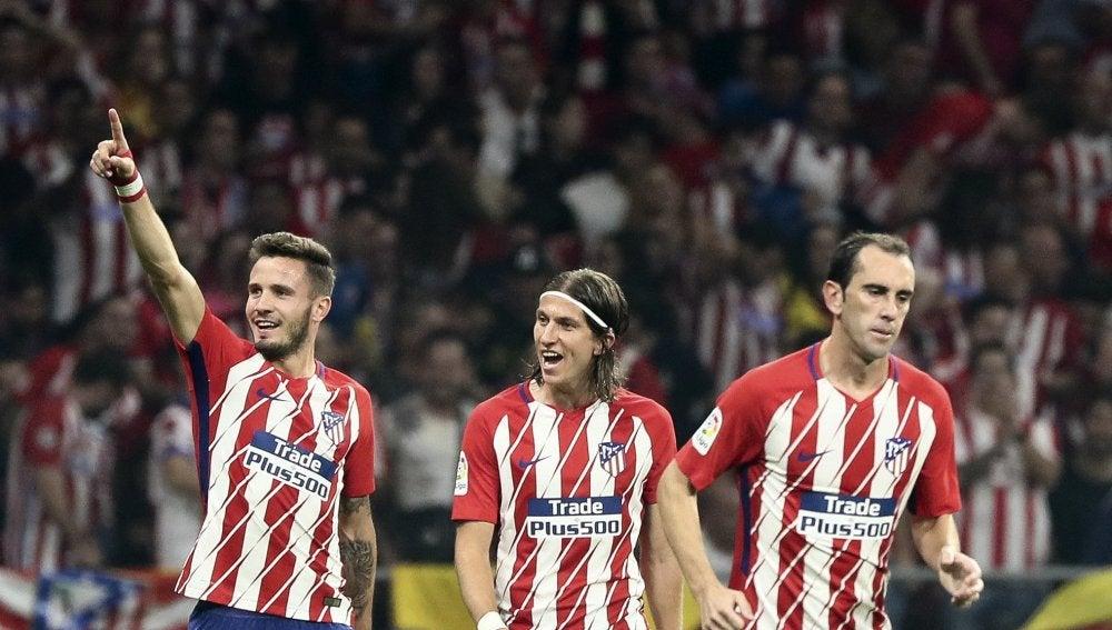 Saúl celebra con Filipe Luis y Godín un gol del Atlético