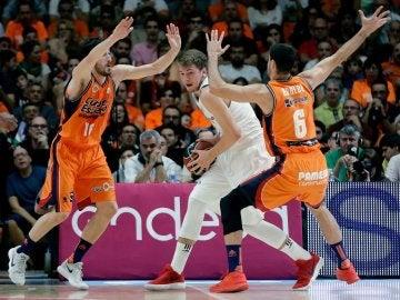 Doncic trata de salir del marcaje del Valencia Basket