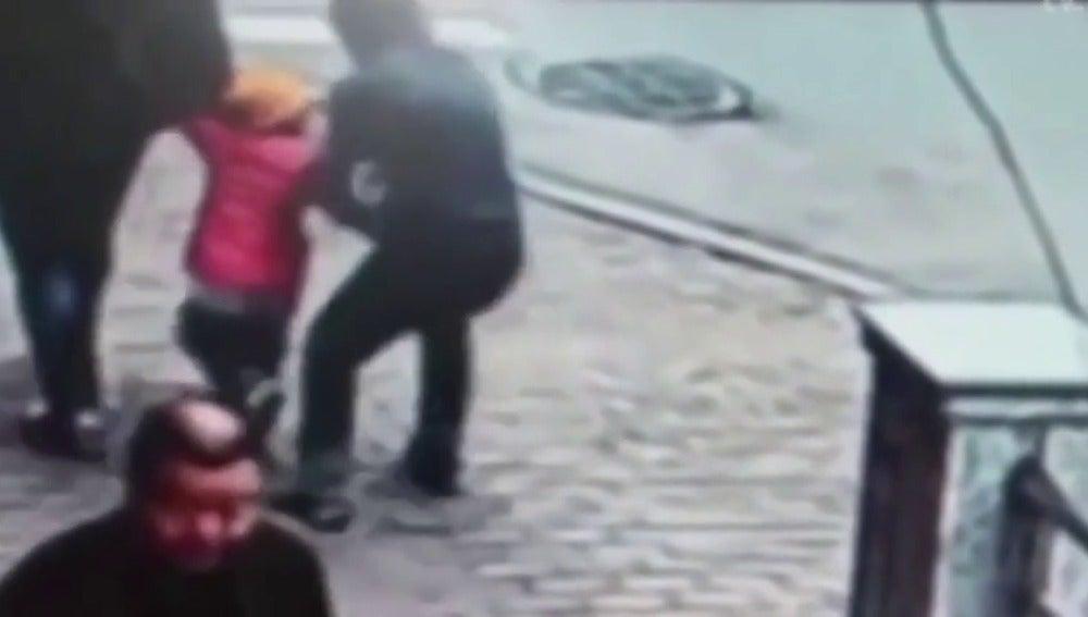 Un padre consigue evitar el secuestro de su hijo en plena calle golpeando al joven que se lo pretendía llevar