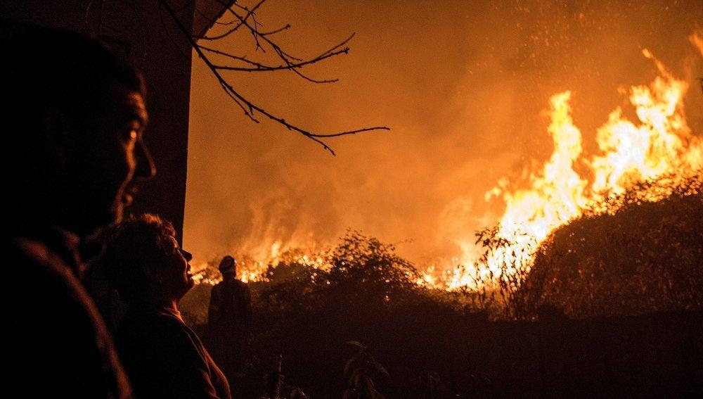 La comunidad gallega vive otra jornada de lucha contra el fuego