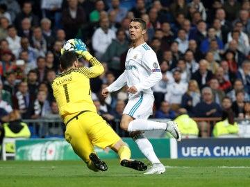 Lloris detiene un balón ante Cristiano