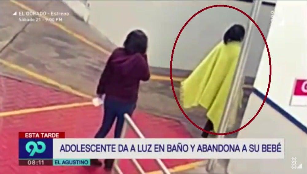La joven abandona el hospital tras dar a luz en el baño