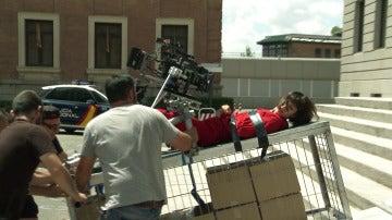 Te mostramos cómo fue lanzada Úrsula Corberó por las escaleras de 'La casa de papel'