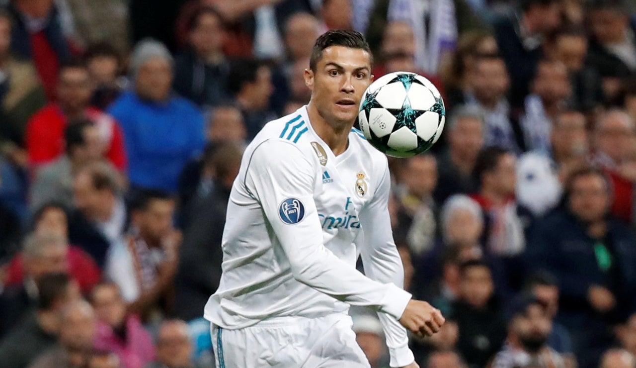Cristiano Ronaldo golpea un balón ante el Tottenham