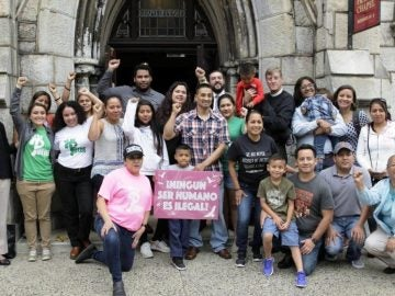 Javier Flores García a la entrada de iglesia metodista que lo refugió
