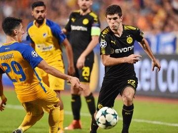 Praxitelis Vouros disputa el balón con Christian Pulisic
