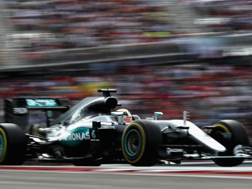 Lewis Hamilton pilota su Mercedes sobre el asfalto de Austin