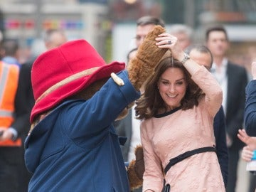 Kate Middleton se divierte bailando con el oso Paddington