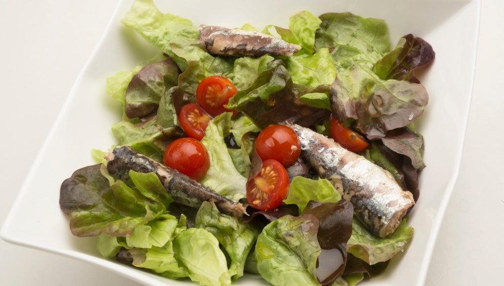 Ensalada de roble, tomate y sardinas