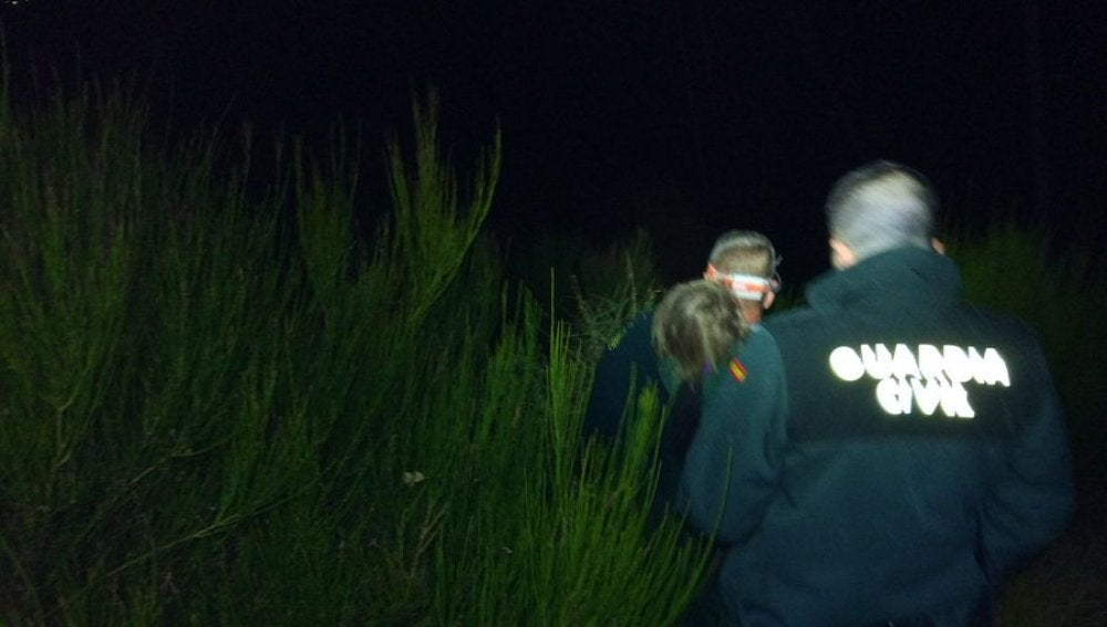 Agentes de la Guardia Civil tras encontrar a la niña