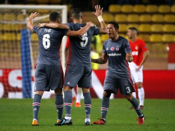 Los jugadores del Besiktas celebran su victoria ante el Mónaco