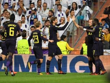 Los jugadores del Tottenham celebran el 0-1 en el Bernabéu