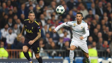 Cristiano Ronaldo controla un balón ante el Tottenham