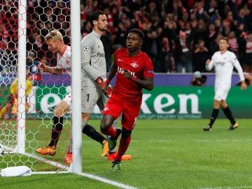 Quincy Promes celebra un gol ante el Sevilla