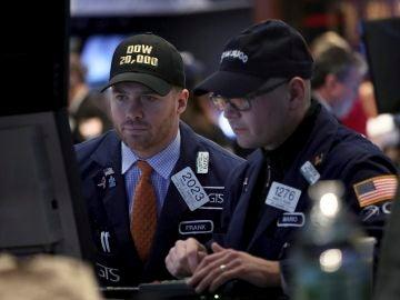 Agentes de Bolsa realizan su trabajo en el parqué de Nueva York